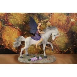 fée à cheval sur une licorne.