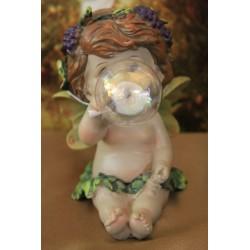 Adorable ange faisant une bulle.