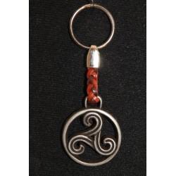Porte clefs en fer et cuir tressé triskel .