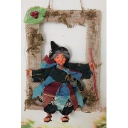 Petite sorcière montée dans un cadre pour Halloween ou en décoration.