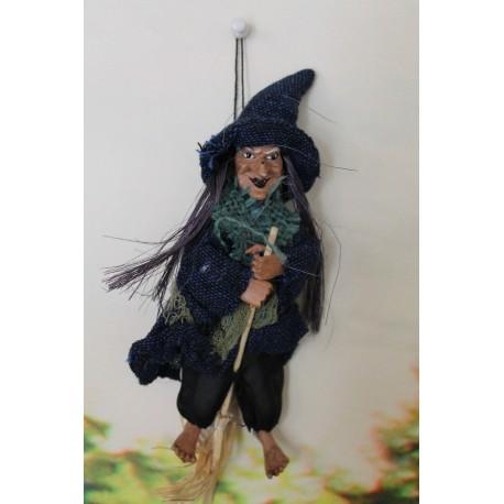 Petite sorcière à suspendre en toile de jute porte-bonheur.